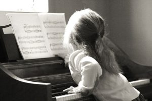 Learning to play the piano with sheet music